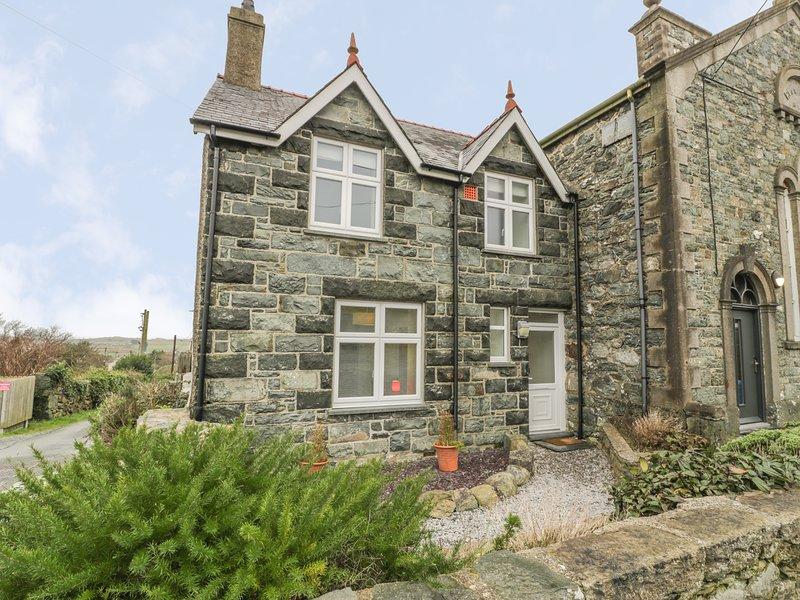 TY CAPEL, sea views, WiFi, in Dyffryn Ardudwy, vacation rental in Dyffryn Ardudwy