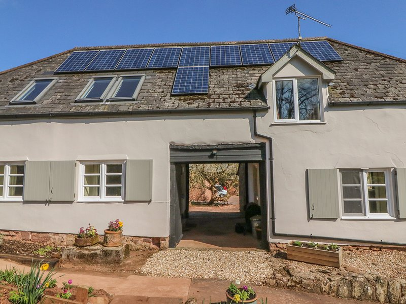 UPPER BARN COTTAGE, WiFi, dog-friendly, Minehead, vacation rental in Luxborough
