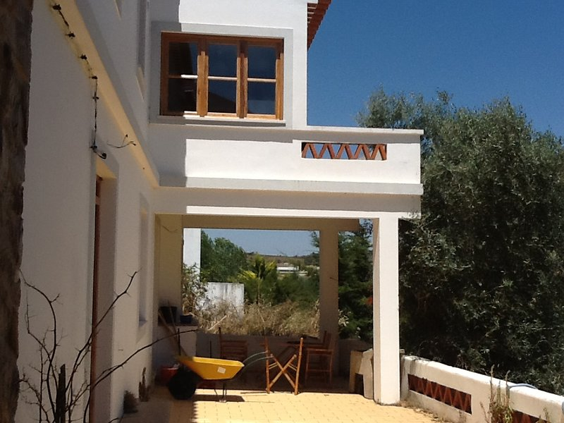 Spacious house with garden, holiday rental in Rogil