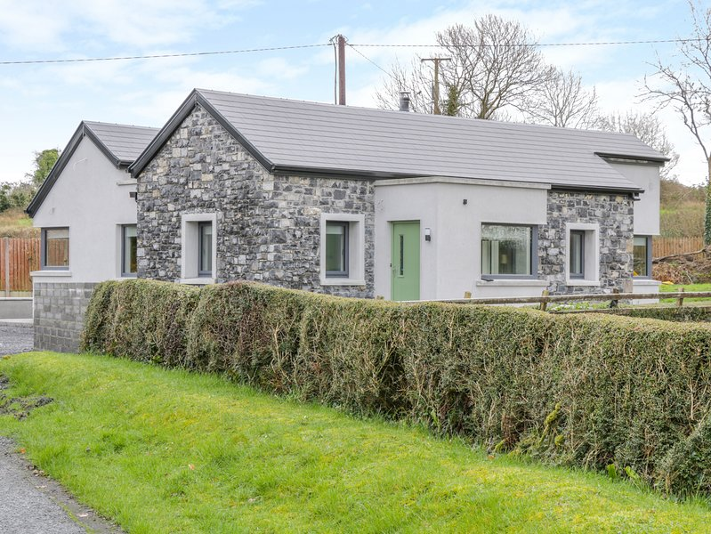 RIVER DALE, WiFi, open-plan living, near Sligo, holiday rental in Collooney