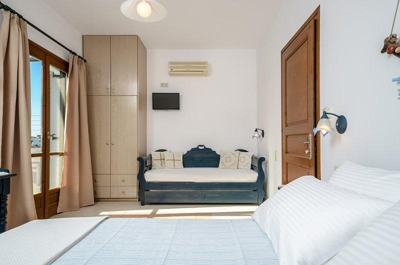 GLARONISSI BEACH (1-Bedroom Apartment Unit 1), holiday rental in Plaka