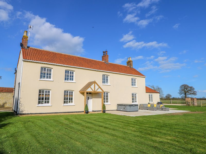 TUFT HOUSE, WiFi, Woodburner, Hot tub, Country views, Hovingham, holiday rental in Harome