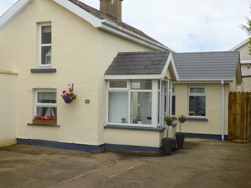 48 SEA ROAD, open fire, garden with patio, close to the beach, in Coleraine, holiday rental in Castlerock