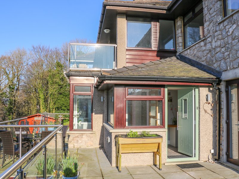 SHADY BOWERS, terrace with spectacular views, Arnside, vacation rental in Arnside