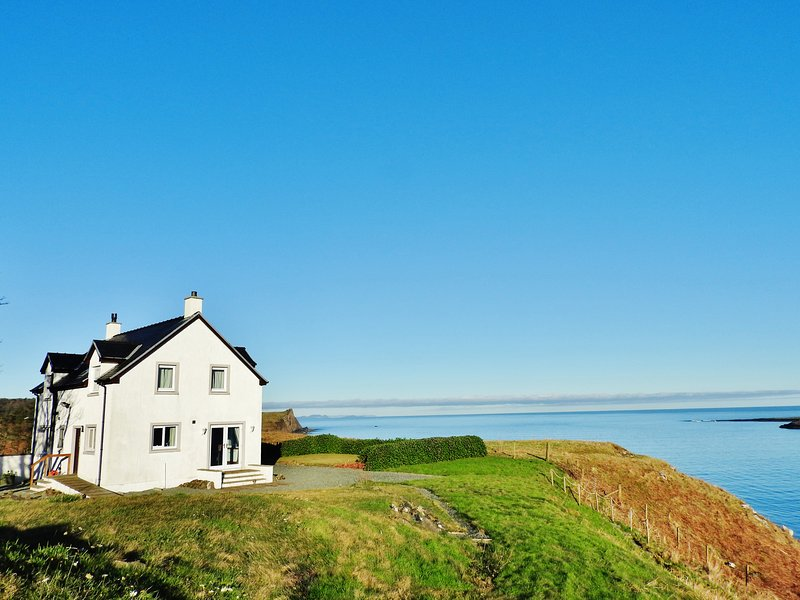 10A Aurora Bay Flodigarry, WiFi, open fire, family-friendly, Portree, vacation rental in Duntulm