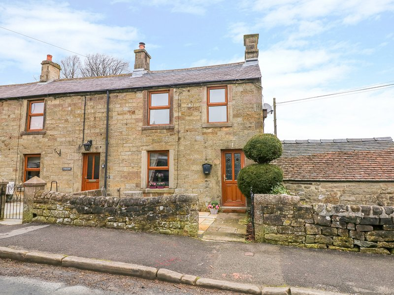 1 SUNNYSIDE, exposed stone and beams, Smart TV, Elton, vacation rental in Winster