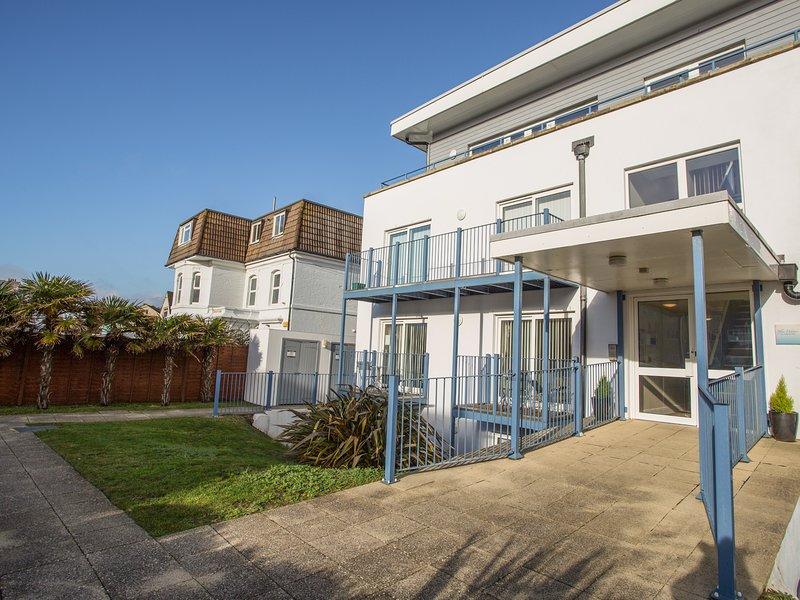 BLUE WATERS 8, off-road parking, balcony, Southbourne, location de vacances à Wick