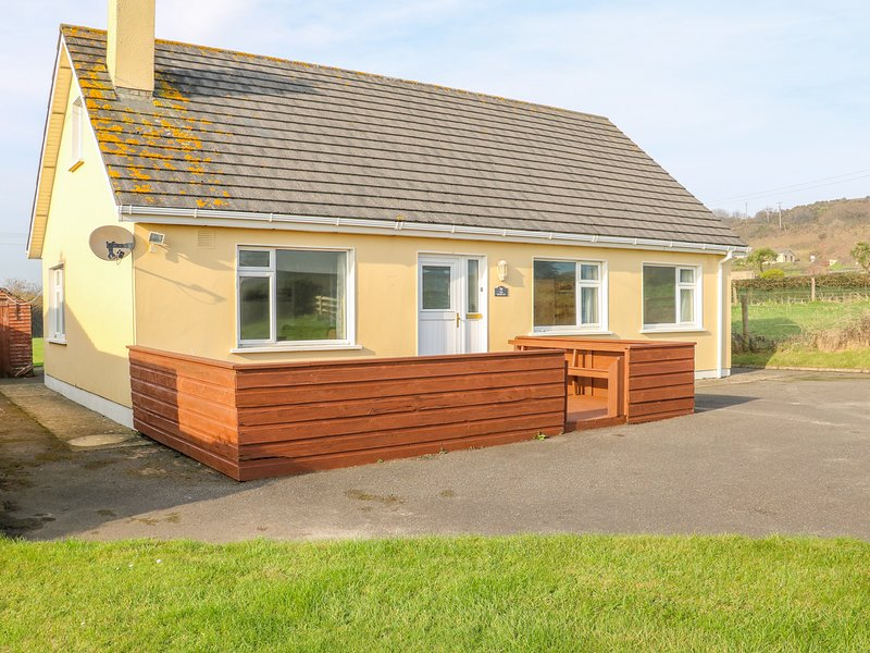 THE TRAWLER, Open-plan kitchen, Enclosed gardens, Blackwater, holiday rental in Blackwater