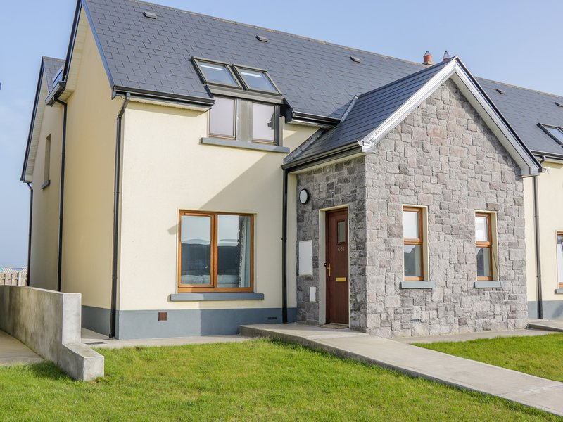 C64 CAHERMORE HOLIDAY VILLAGE, WiFi, woodburner, Enniscrone, holiday rental in Enniscrone