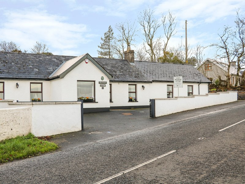 WOODLEIGH COTTAGE, woodburner, enclosed garden in Ballycastle, vacation rental in Armoy