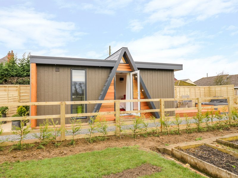 ALSTROEMERIA, Hot tub, open-plan studio accommodation, Bretforton, holiday rental in Offenham