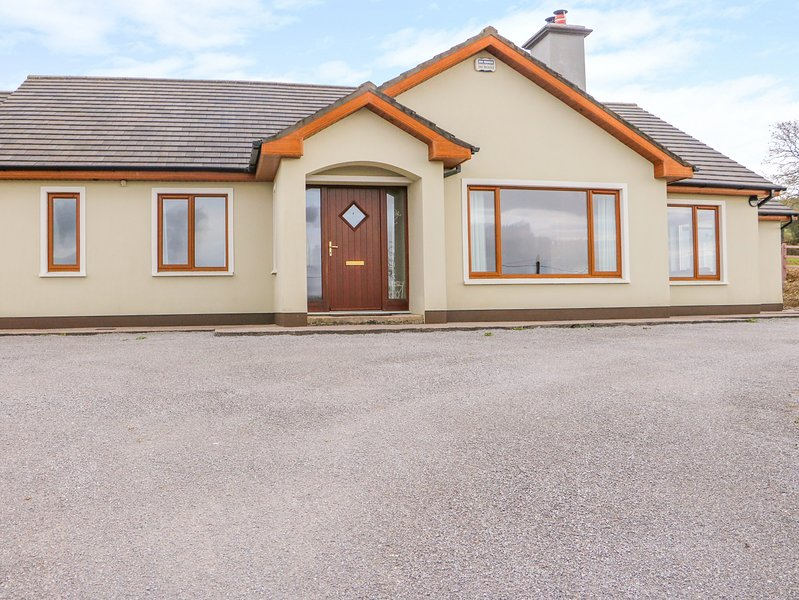 RHOSSANEAN, countryside views, open-plan, Farranfore, holiday rental in Farranfore