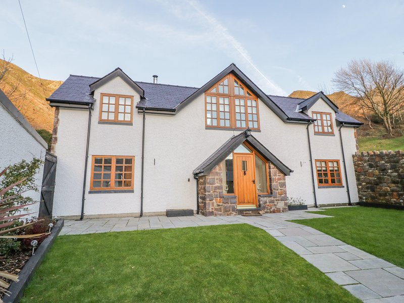 BWTHYN CARREGWEN, Pet-friendly, WiFi, two enclosed gardens, Dwygyfylchi, holiday rental in Rowen