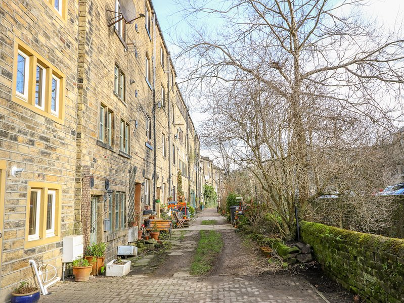 10 RIVERVIEW COTTAGE, pet-friendly, open-plan, in Holmfirth, vacation rental in Farnley Tyas