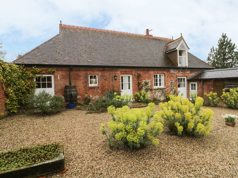 ROOKWOODS converted coach house, rural views, open fire in Castle Hedingham Ref, vacation rental in Castle Hedingham