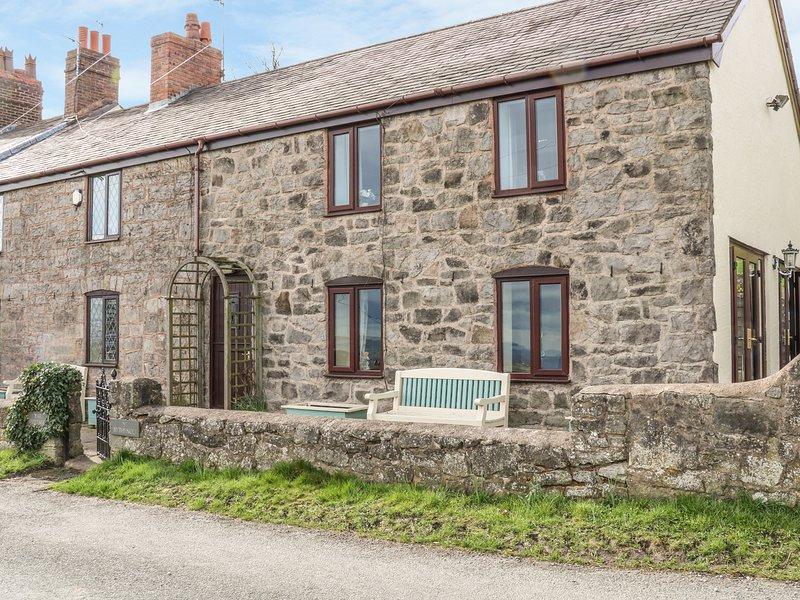 THE COTTAGE, Pet-friendly, WiFi, Stone features, Gwernymynydd, holiday rental in Maeshafn
