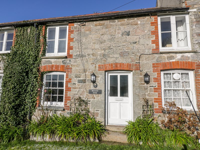 HONEYSUCKLE COTTAGE, WiFi, coastal location, near St Austell, holiday rental in Charlestown