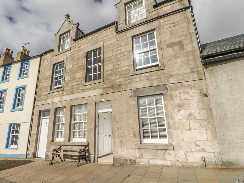 MAIMIE'S HARBOURVIEW, WiFi, Off-road parking, Enclosed garden, Pittenweem, vacation rental in Pittenweem