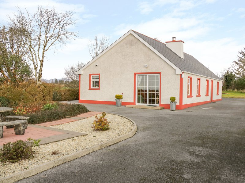 ELLEN'S COTTAGE, mountain views, near Mountcharles, vacation rental in Laghy