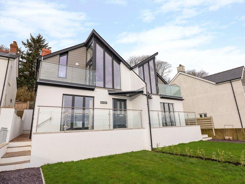MOR AWELON, coastal location, new build, Goodwick, vacation rental in Fishguard