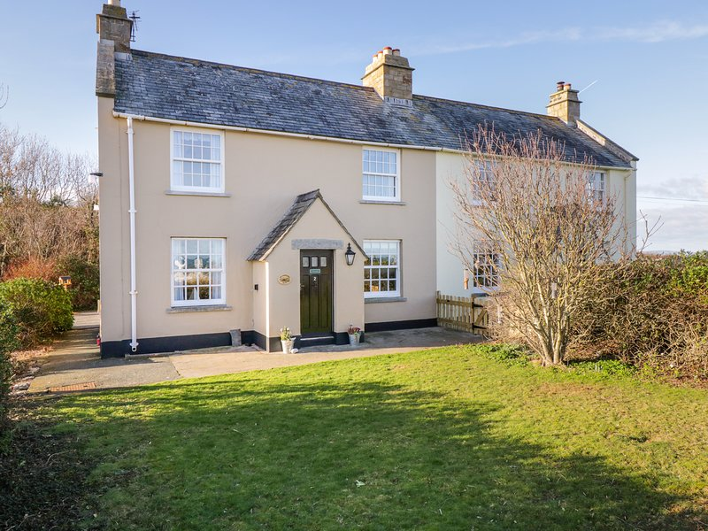 2 OLD COASTGUARD HOUSE, luxury interiors, pet-friendly, in Beaumaris, location de vacances à Penmon