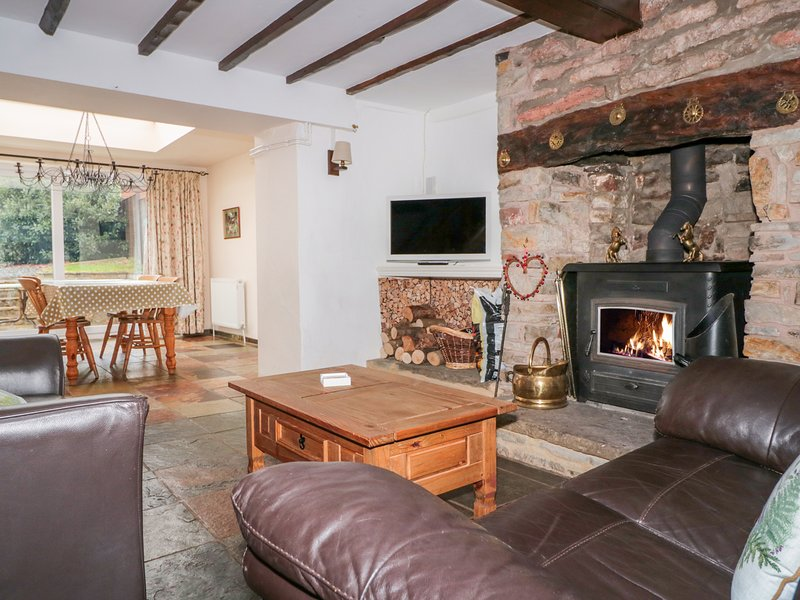 TWIXT COTTAGE, WIFI, Pet-friendly, Woodburner, Bream, holiday rental in Llandogo