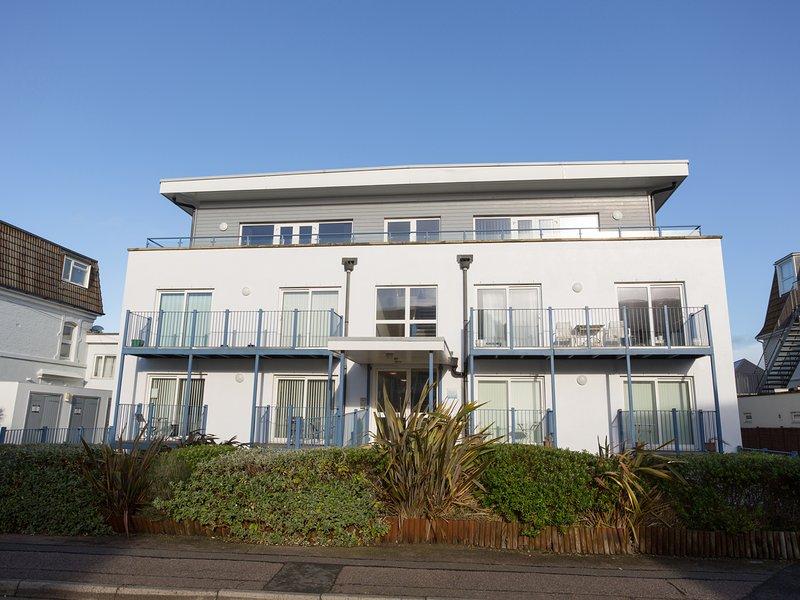 BLUE WATERS 2, off-road parking, balcony, Southbourne, location de vacances à Wick