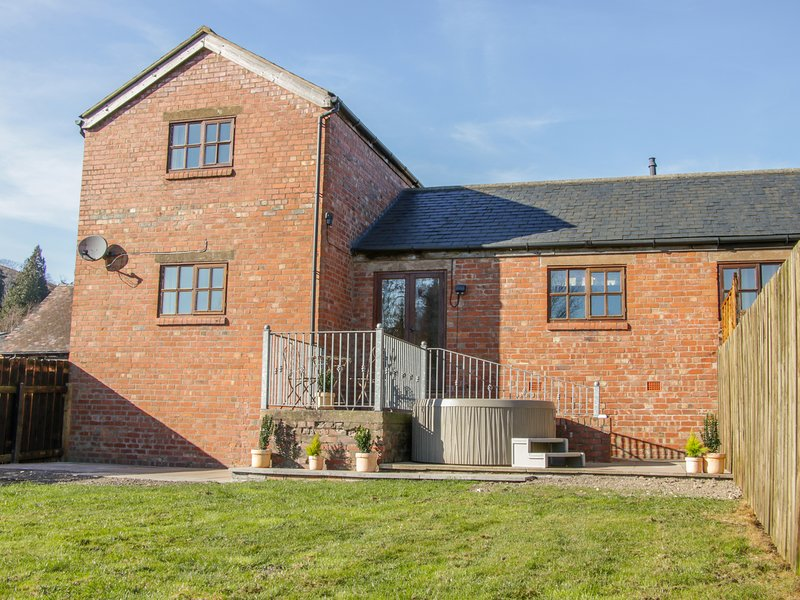 OLD HALL BARN 2, hot tub, pet-friendly, Church Stretton, holiday rental in Ratlinghope