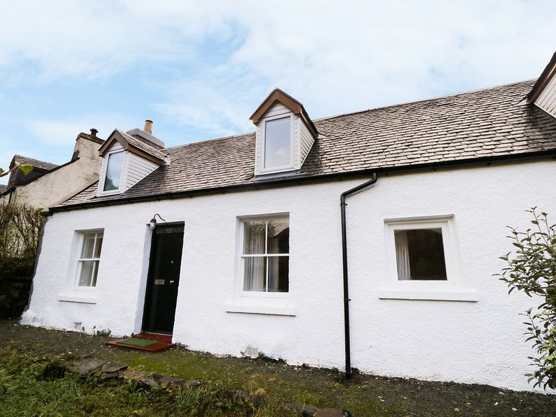 TIGH FASGAIDH, stunning location, modern interior, near Dornie, vacation rental in Drumbuie