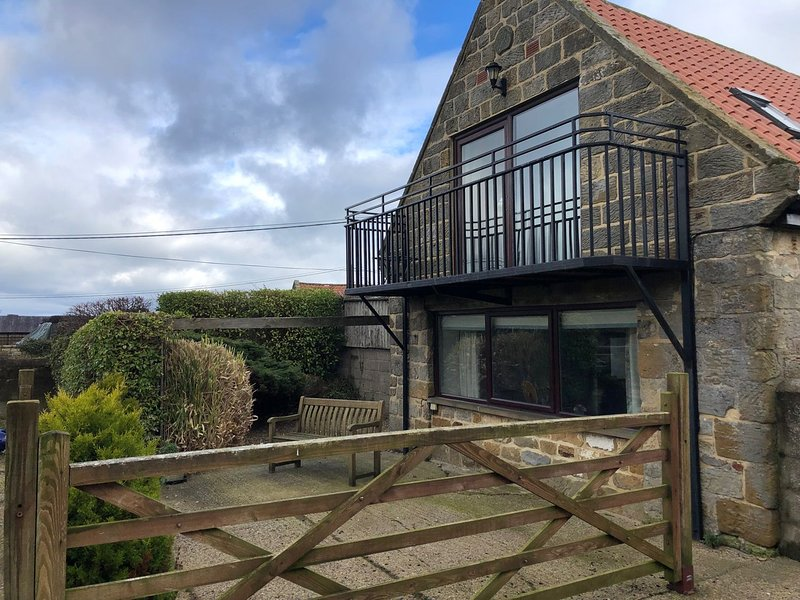 MIL HOUSE, open-plan living, countryside views, near Robin Hood's Bay, holiday rental in Ravenscar