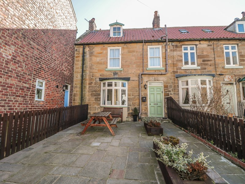 LYNN COTTAGE, WiFi, Woodburner, Enclosed gardens, Staithes, vacation rental in Staithes