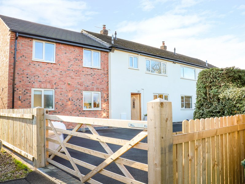 FIELDVIEW HOUSE, WiFi, enclosed garden, near Derby, holiday rental in Burton upon Trent