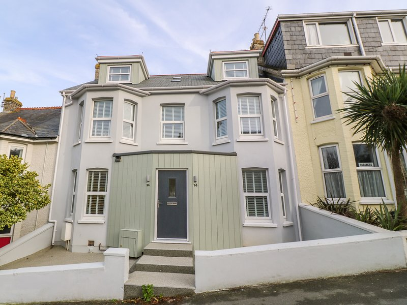 14 ST. GEORGES ROAD, Sea views, Spacious interior, Newquay, holiday rental in Newquay