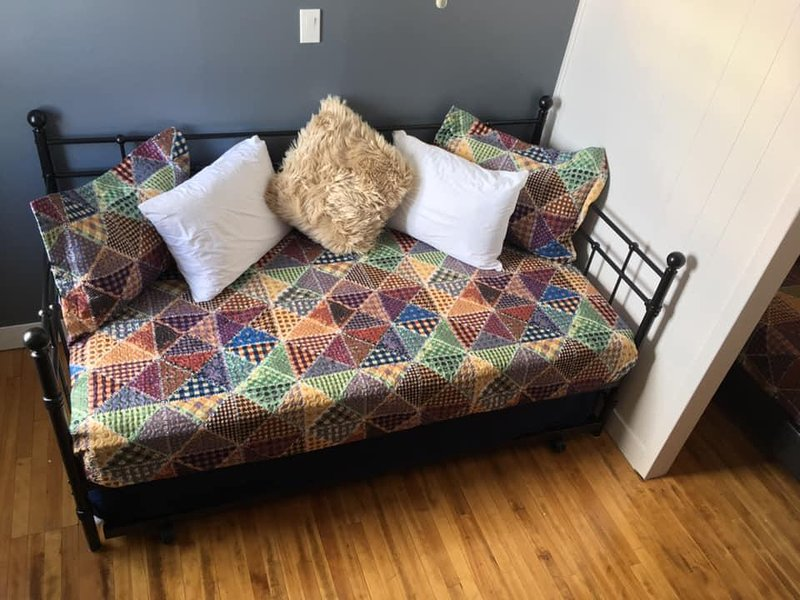 Red Roof Inn Family Room, holiday rental in Bas-Saint-Laurent
