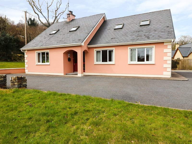THE STABLES, detached, open fire, private garden, nr Ballylickey Ref 933801, alquiler vacacional en Glengarriff
