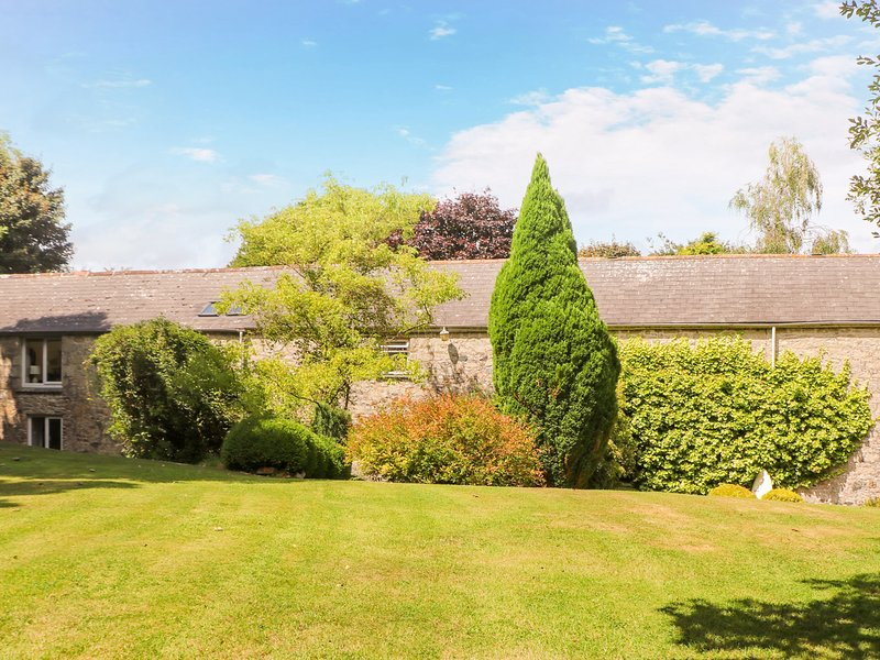 THE BARN, open-plan, private patio, near St. Columb Major, vacation rental in St Columb Major