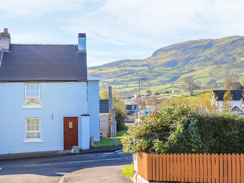 CRANNY CORNER, Open fire, open-plan living, Carnlough, holiday rental in Glenariffe