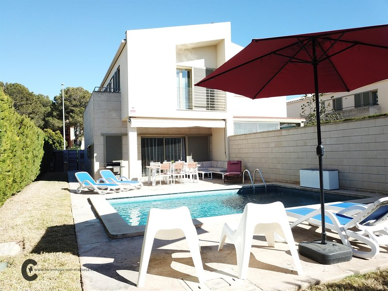 VILLA CARPEDIEM with garden and private pool in a quiet family residential area, holiday rental in Puig de Ros