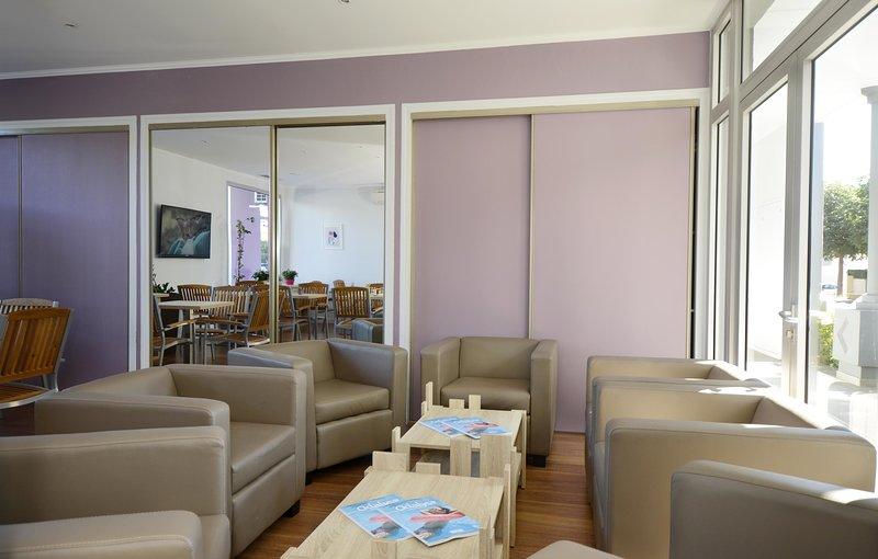 El acogedor vestíbulo ofrece una sala de estar para que los huéspedes se relajen.