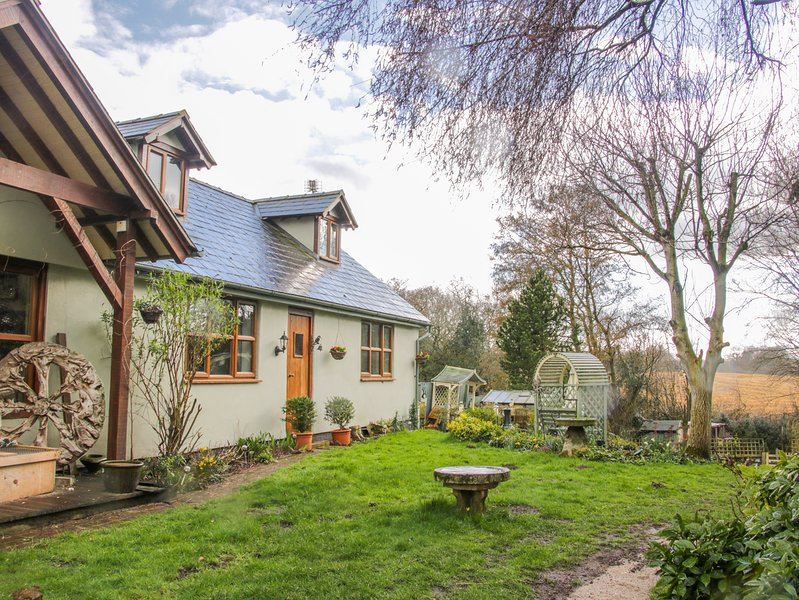 GARDENERS COTTAGE, pet-friendly, lawn garden, near Nantwich, location de vacances à Sandbach
