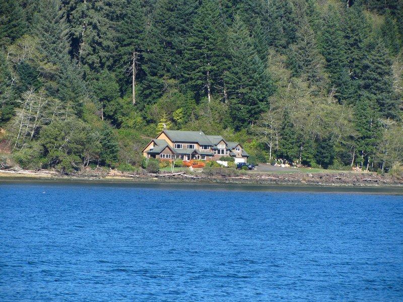 Waterfront Estate, Outdoor Kitchen & Fireplace, Spa, Firepit, Private Beaches, location de vacances à Waldport