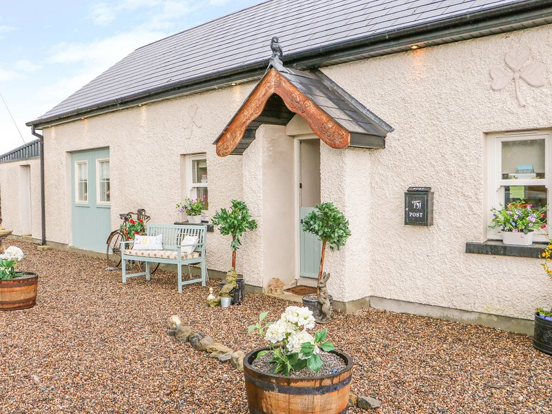 LYNCHPIN COTTAGE, WiFi, Pet-friendly, Country views, Bruff, holiday rental in Gorteen