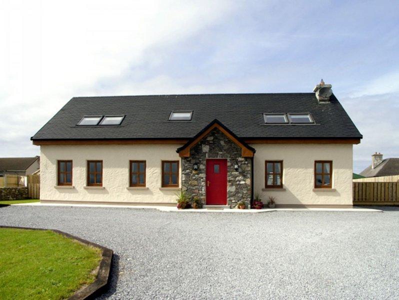 COIS FARRAIGE, pet-friendly, character cottage, County Kerry, location de vacances à Castlegregory