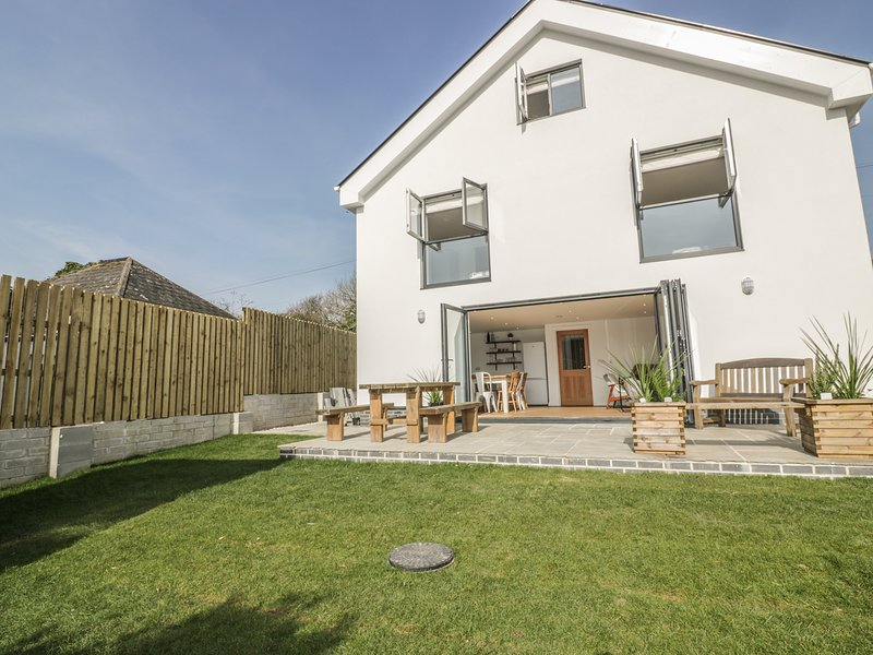 THE BEACH HALT, WiFi, Enclosed garden, Open-plan living, Perranporth, vacation rental in Perranporth