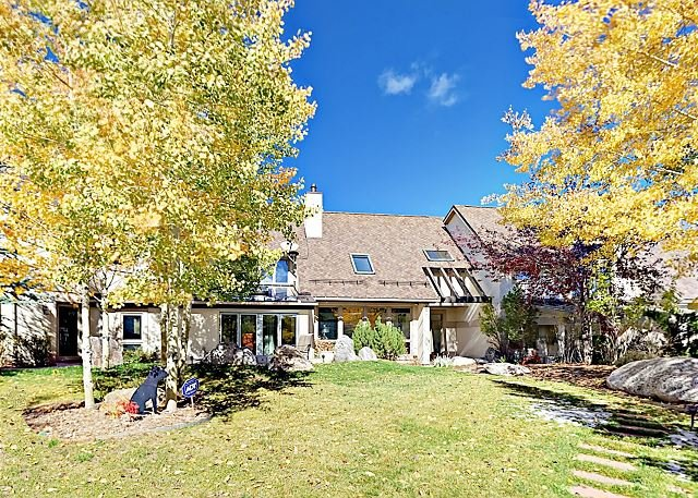 Exquisite 5,000 Square Foot Mountain Home w/ Yoga Room & Fire Pit, casa vacanza a Wolcott