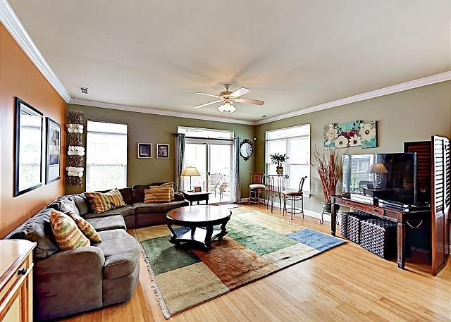 Stylish Condo | 2 Balconies | 350 Yards to Beach, 1 Block to Lake Park Blvd, location de vacances à Carolina Beach