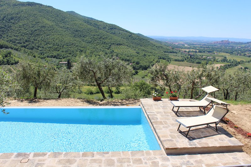 Restored Tuscan Villa with Private Studio, vacation rental in Pieve di Chio
