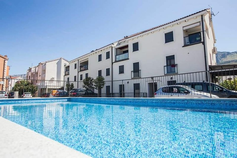 MELROSE PLACE -  pool and big sandy beach!, holiday rental in Podstrana