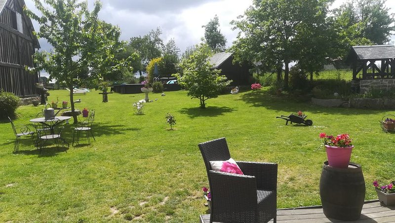 Nice house with shared pool & Wifi – semesterbostad i Saint-Hilaire-du-Harcouet
