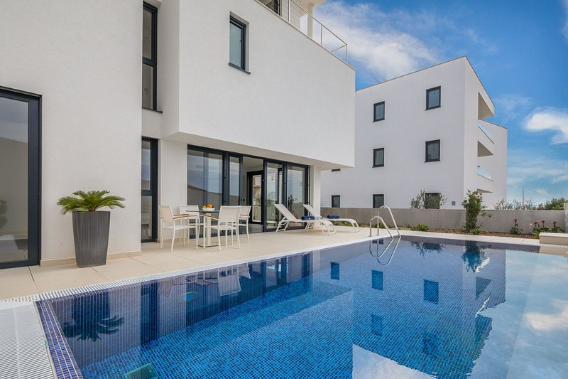 Luxury Villa Nautica Terza with Pool, holiday rental in Seget Vranjica